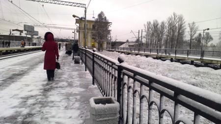Зима не сдается. Выпавший снег на платформе Лигово.