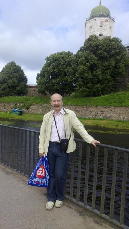 На фоне Выборгского замка
