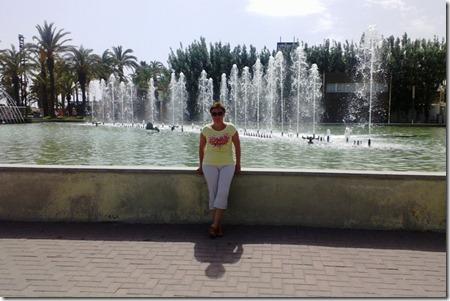 Лена на фоне фонтанов