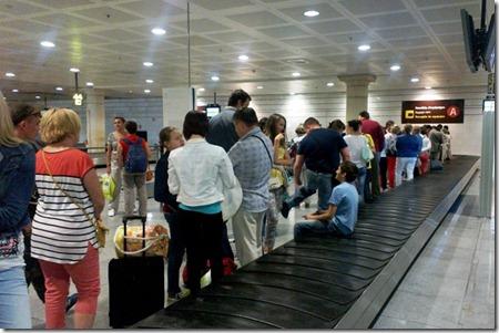 В аэропорту Барселоны ждем свой чемодан