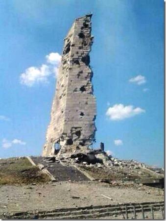 Разрушенная стелла на Саур-Могиле