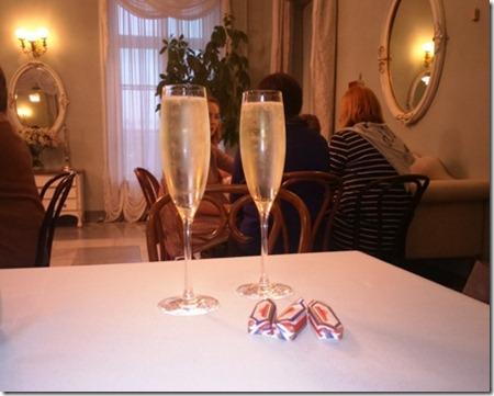 По бокалу шампанского в буфете