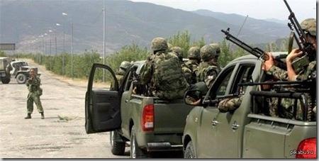 русский солдат останавливает грузинских военных