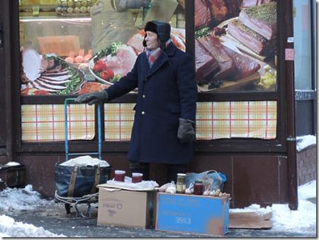 пенсионер торгует на улице