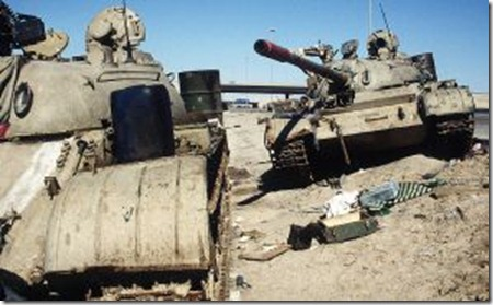 Иракские танки, брошенные на Басра-Кувейтском шоссе недалеко от города Кувейт, 26 февраля 1991 года.